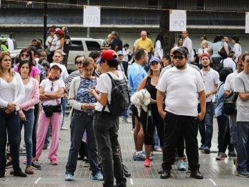 Un grupo de venezolanos esperando para votar en Caracas