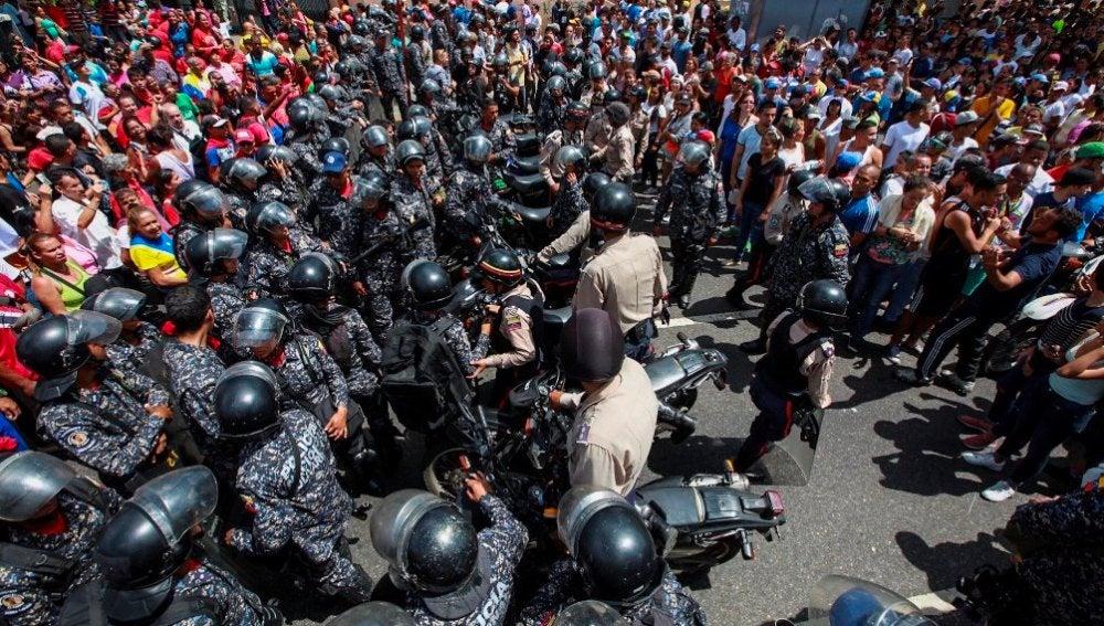 Enfrentamientos al oeste de Caracas durante la celebración del plebiscito convocado por la oposición