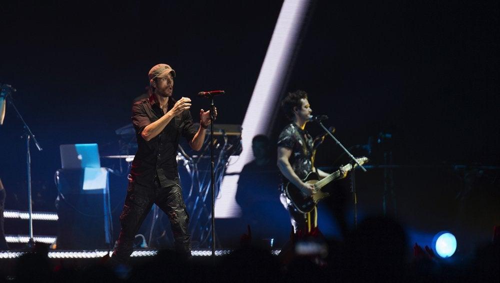 El cantante Enrique Iglesias, en un momento del concierto que ha ofrecio anoche en Santander