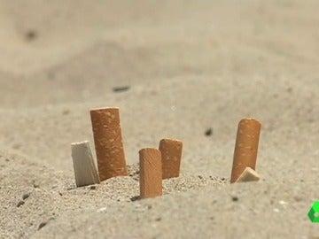 Arrojar colillas, latas o chiles a la arena de la playa puede costar multas de más de 200 euros