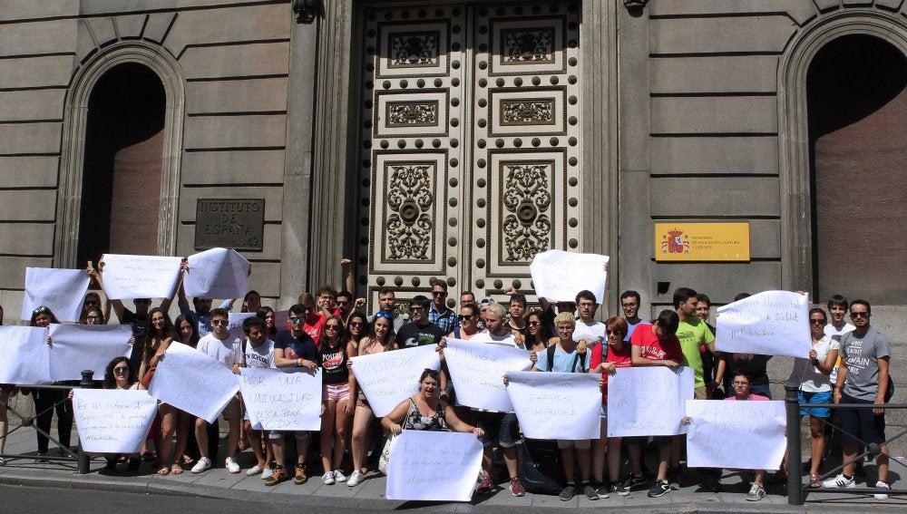 Concentración de estudiantes universitarios convocada hoy frente al Consejo Escolar del Estado,