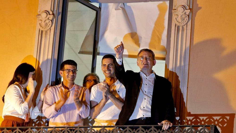 El presidente de la Comunitat Valenciana, Ximo Puig (d), saluda a los militantes socialistas tras ser reelegido