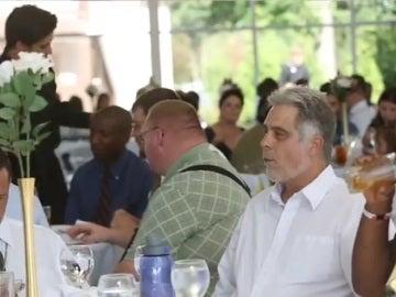 Veteranos y personas sin hogar disfrutan del lujoso banquete