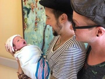 El transgénero embarazado de su marido homosexual da a luz a su primer hijo