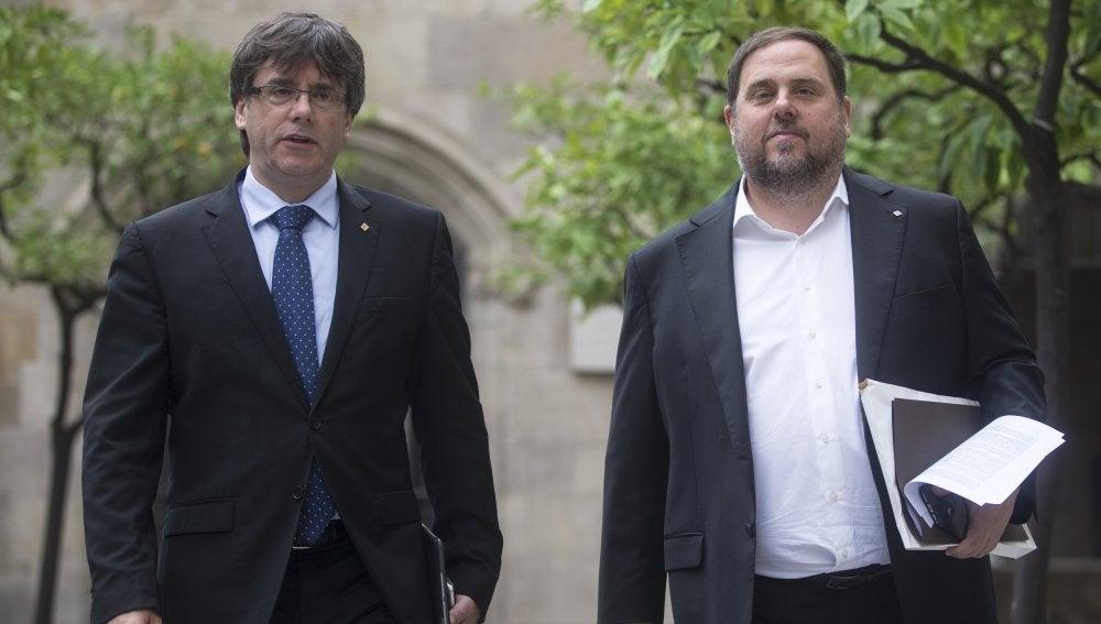 Carles Puigdemont y Oriol Junqueras, en el Parlament catalán en una imagen de archivo