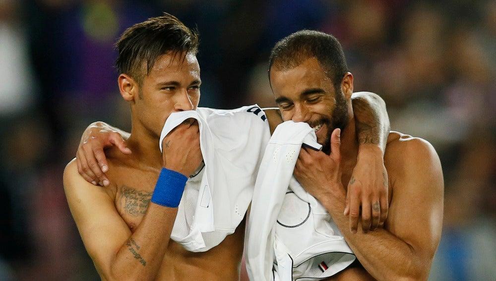 Neymar y Lucas Moura dialogan tras un Barcelona - PSG