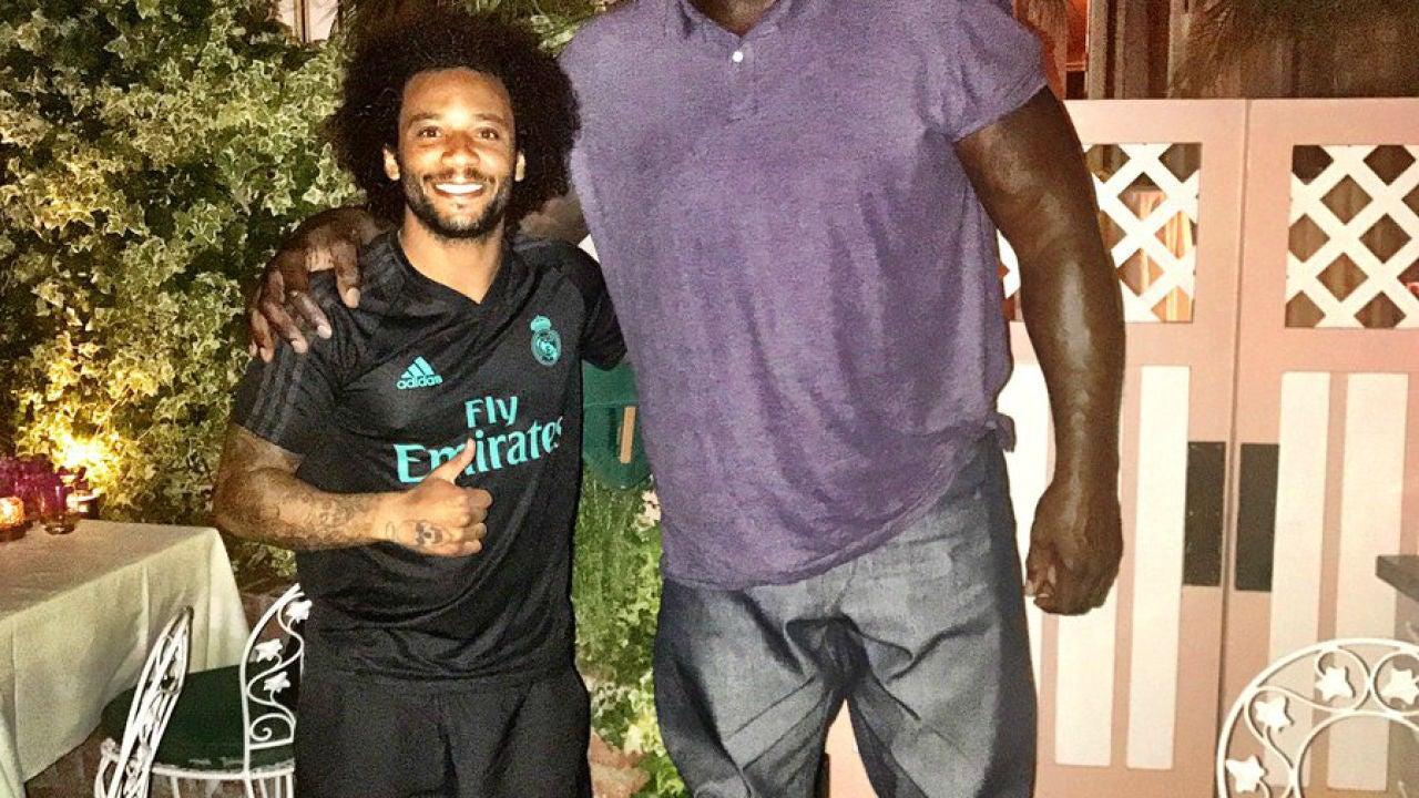 Marcelo posa junto a un histórico de la NBA de más de dos metros