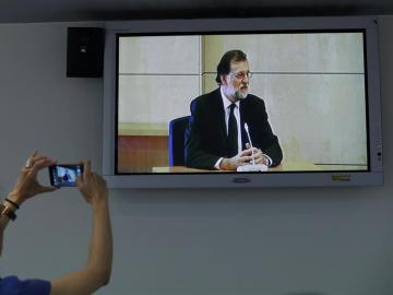 Rajoy, en una pantalla mientras declara en la Audiencia Nacional