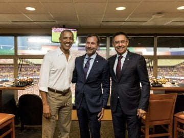 Obama, James Costos y Bartomeu, en el palco durante el Barça - United