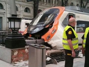 Imagen del tren tras chocar con el tope de final de vía en la estación de Francia, Barcelona
