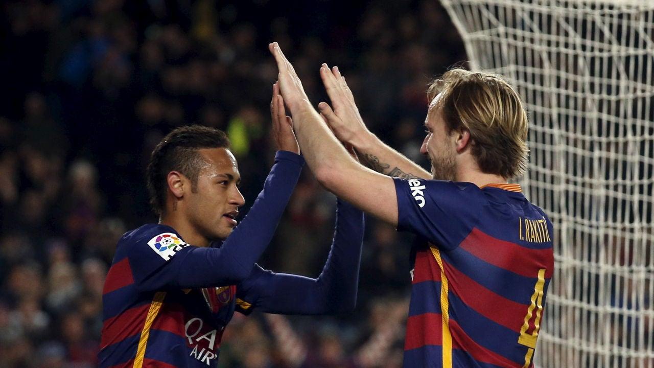 Rakitic felicita a Neymar tras un gol del Barcelona