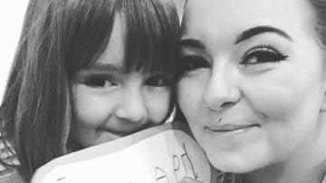 Caitlin Walsh junto a su hija de cinco años