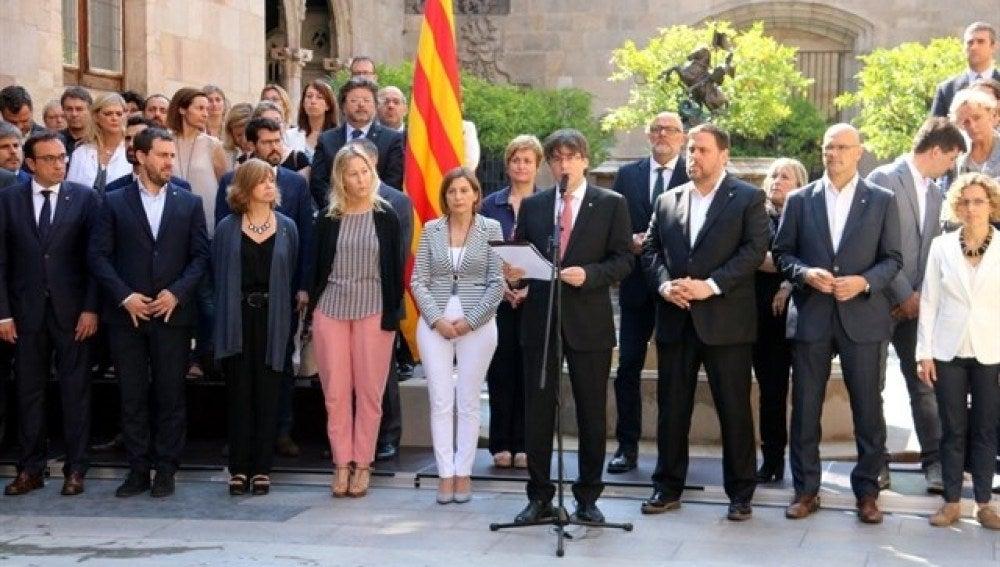 Carles Puigdemont junto a los miembros del gobierno catalán