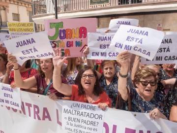 Varios centenares de personas se han concentrado en Maracena (Granada) en apoyo a su vecina Juana Rivas