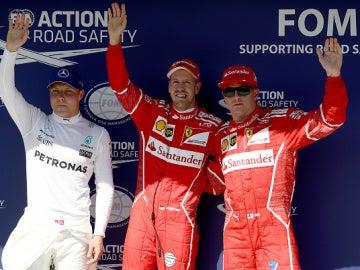 Vettel saluda al público en Hungría con Raikkonen y Bottas