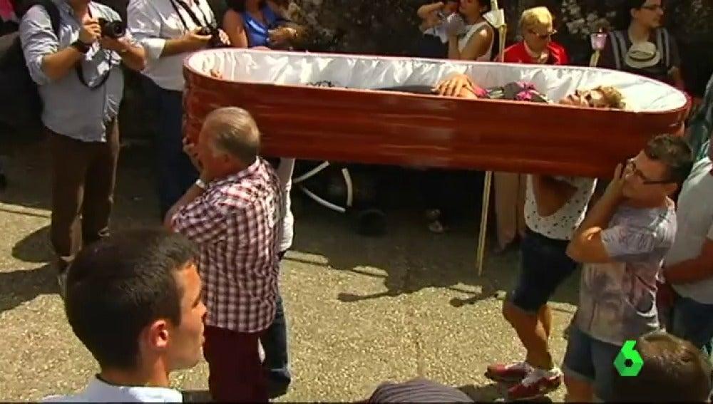 Personas vivas en el interior de féretros agradecen a Santa María haberles salvado en 'la romería de los ataúdes'