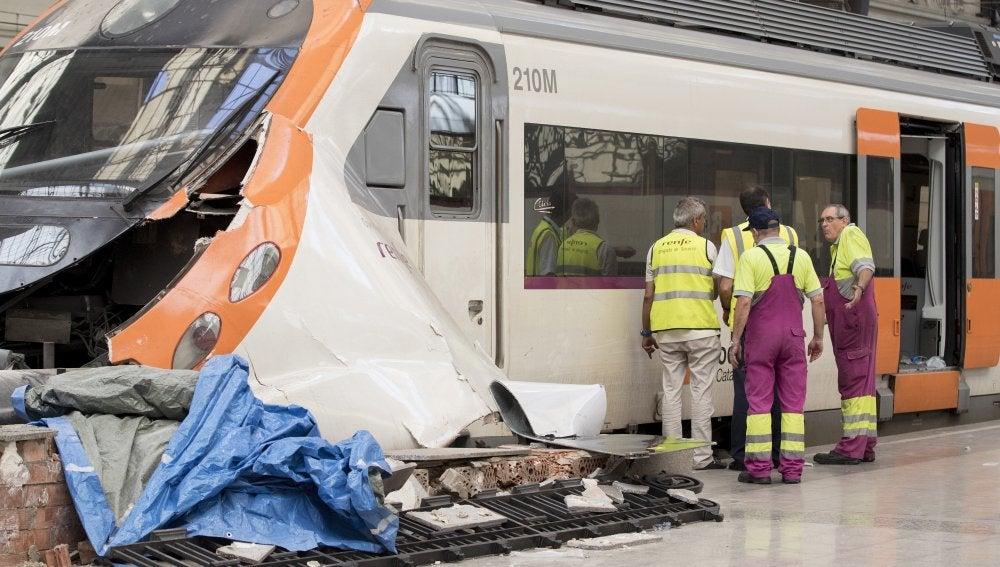 Técnicos de RENFE evalúan los daños producidos en el tren de cercanías