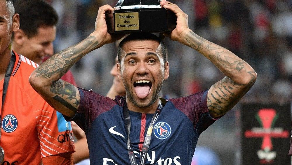 Dani Alves levanta la Supercopa de Francia con el PSG