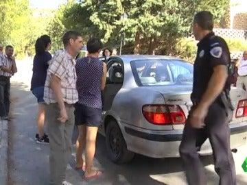 Algunos vecinos volviendo a sus casas acompañados por Protección Civil