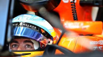 Fernando Alonso en el box de McLaren