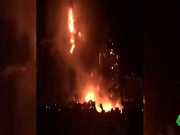 Confusión, carreras, gritos, pánico... así fue el tenso desalojo de Tomorrowland Barcelona tras el incendio del escenario