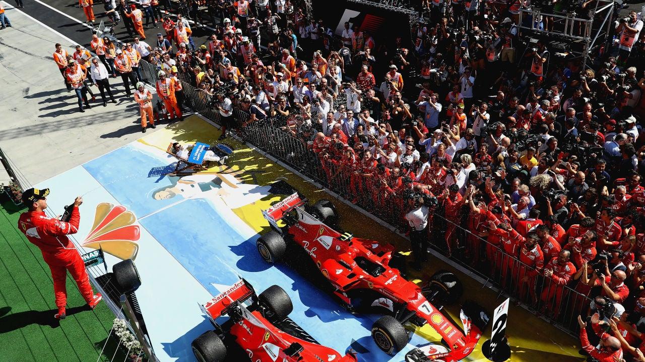 Vettel, con Alonso al fondo en el podio de Hungría
