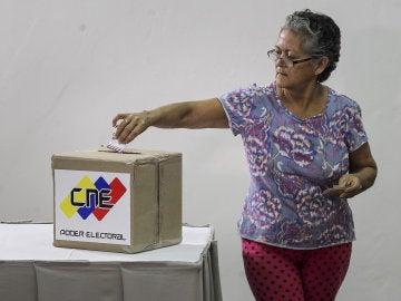 Una mujer venezolana votando la Constituyente