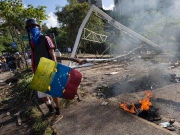 Manifestantes opositores bloquean una calle en rechazo a las elecciones de la Asamblea Nacional Constituyente