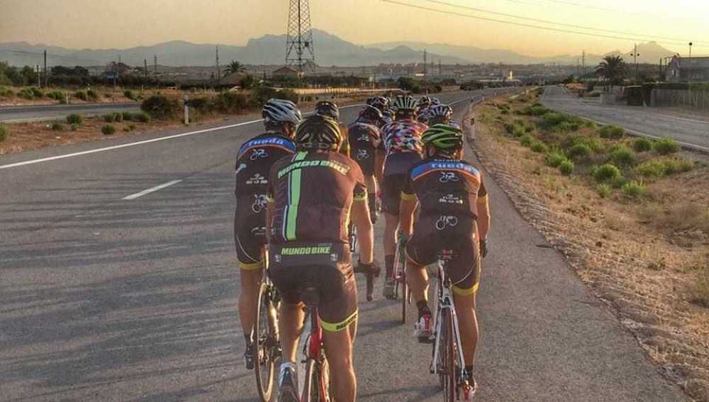 Grupo de ciclistas en carretera