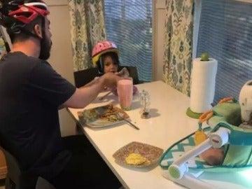 La tierna reacción de una familia al solidarizarse con su hijo