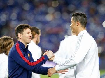 Cristiano y Messi saludándose en un encuentro