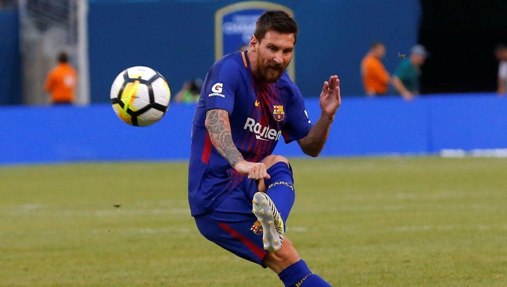 Messi chuta una falta