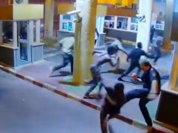 Momento en el que un policía patea a un indocumentado