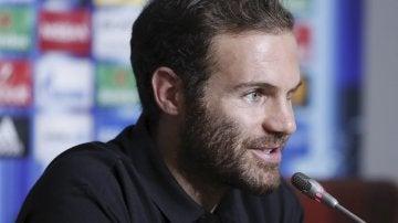 Juan Mata durante la rueda de prensa en Skopje