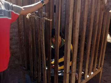 El adolescente encerrado en la jaula