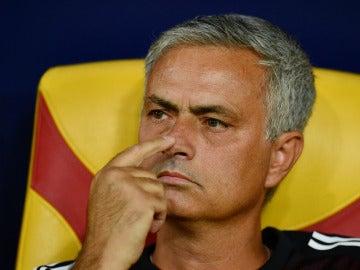Mourinho, pensativo en el banquillo