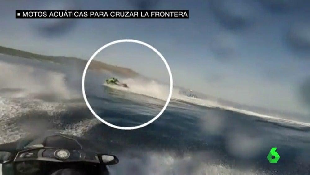 Motos acuáticas para cruzar inmigrantes por la frontera, un método cada vez más utilizado por las mafias