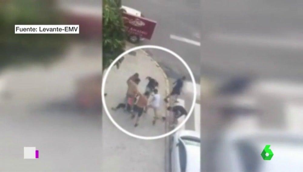 Siete jóvenes dan una brutal paliza a un chico a la salida de una discoteca en Gandía