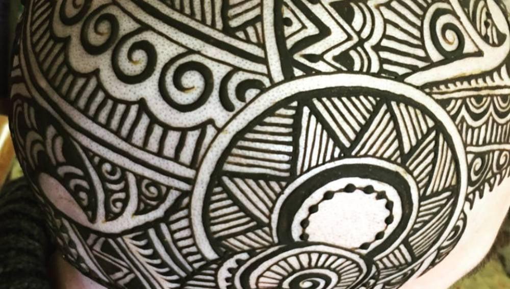 Diseño de henna en la cabeza