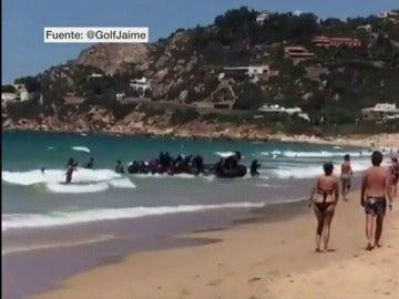 Una treintena de migrantes llega a una playa de Cádiz repleta de bañistas y nueve de ellos acaban interceptados por la policía