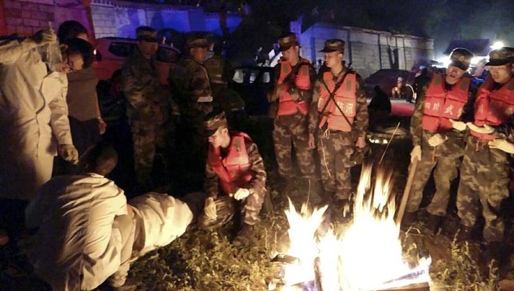 Varios policías paramilitares ayudan a un herido