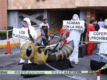 Unos manifestantes piden la prohibición de los plaguicidas