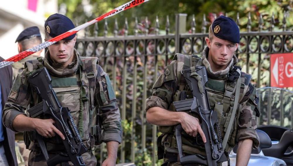 Varios militares delimitan un perímetro de seguridad
