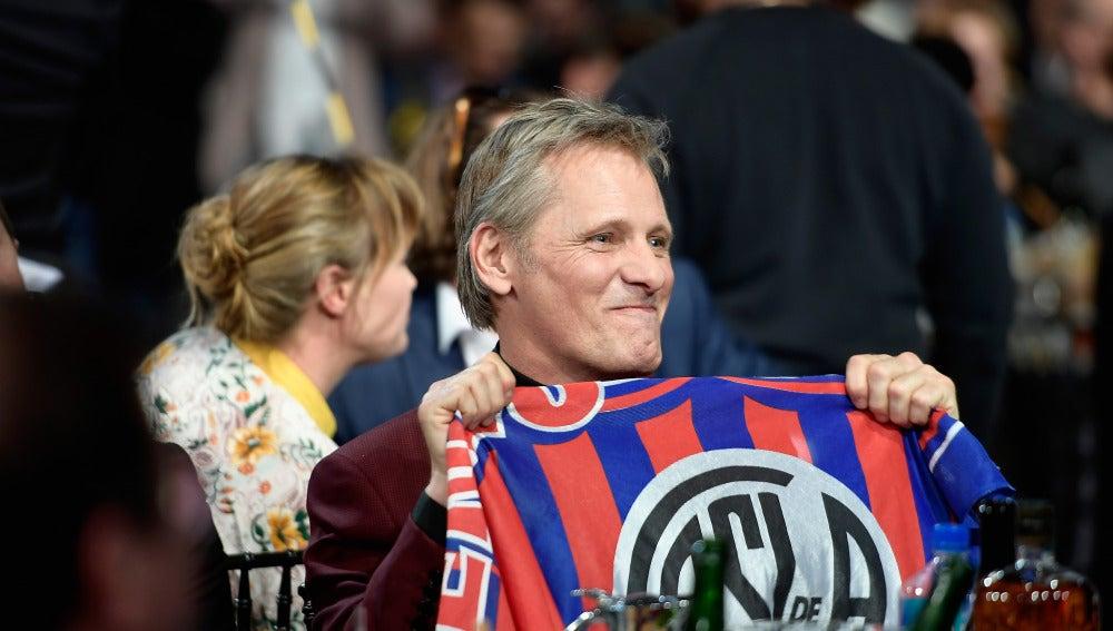 Viggo Mortensen mostrando su afición al equipo de San Lorenzo