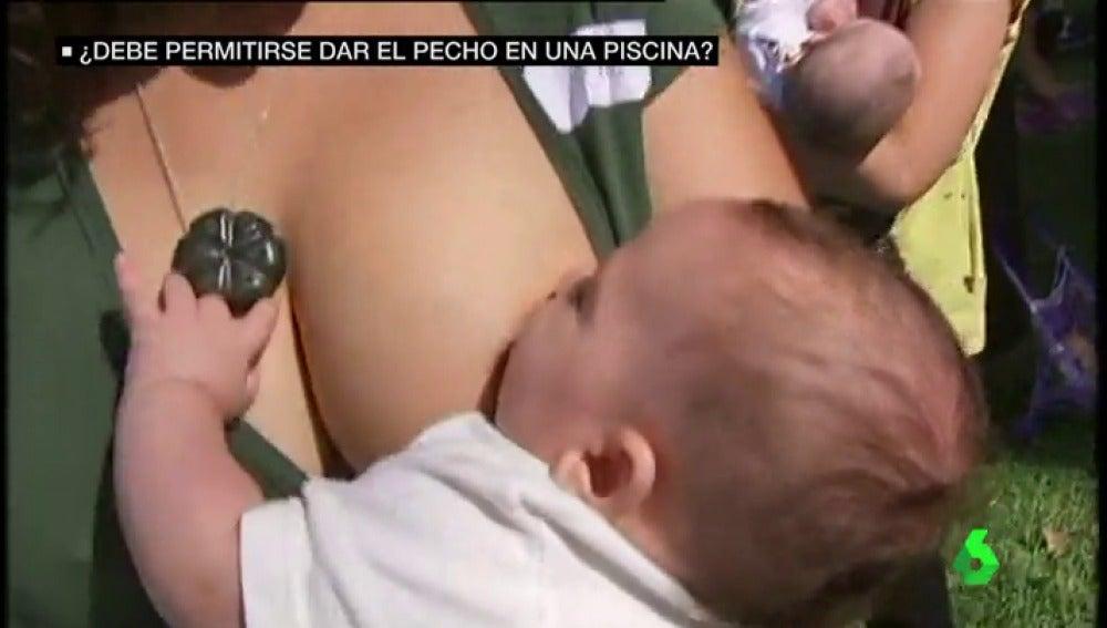 Prohíben a una mujer dar de mamar a su bebe en una piscina pública de Barcelona