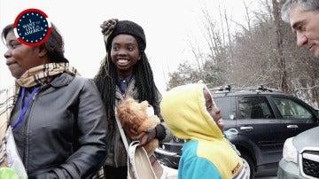 Guillermo Fesser con una familia de refugiados