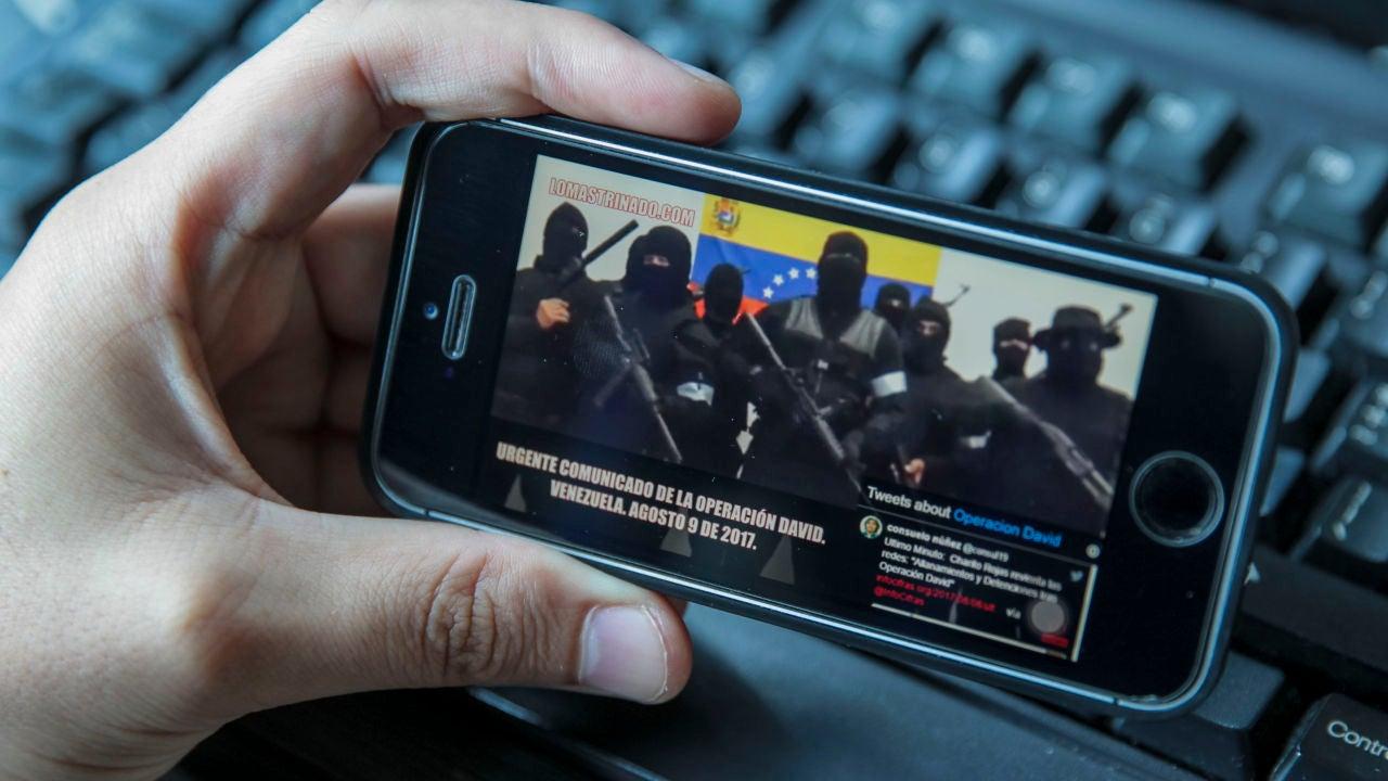 Un usuario ve un vídeo de encapuchados con armas