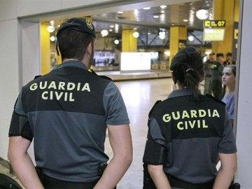 Miembros de la Guardia Civil en el aeropuerto