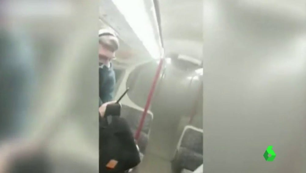 Vagón del metro de Londres lleno de humo