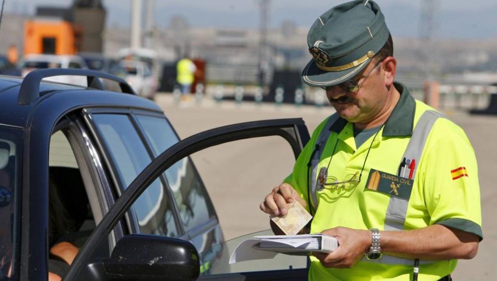 Un agente de la Guardia Civil en un control